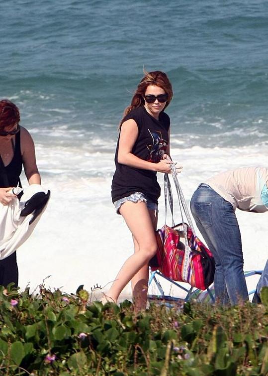 Všechny tři dámy se nakonec odebraly k odchodu z krásné písečné pláže.
