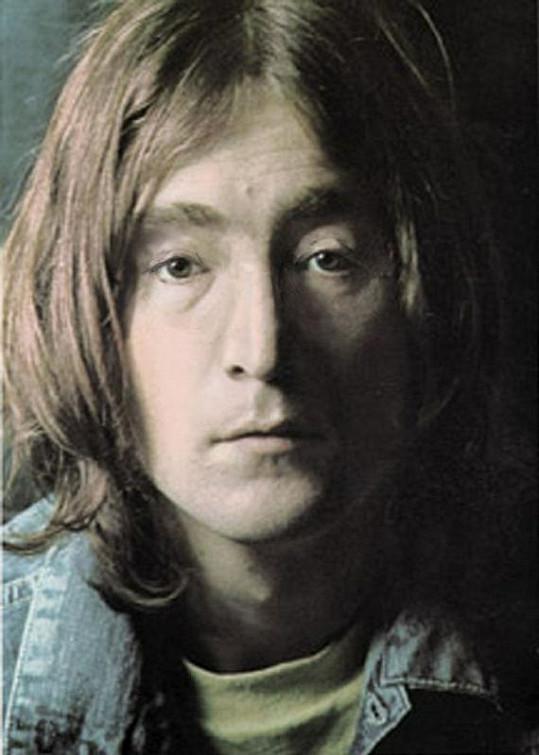 John Lennon bez svých typických kulatých brýlí.
