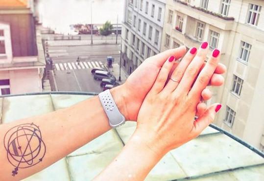 Na sociální síti ukázala i prstýnek, který od něj dostala.