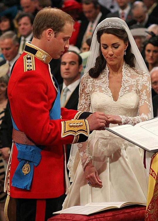 Nevěsta se ženichem při vyměňování snubních prstenů.