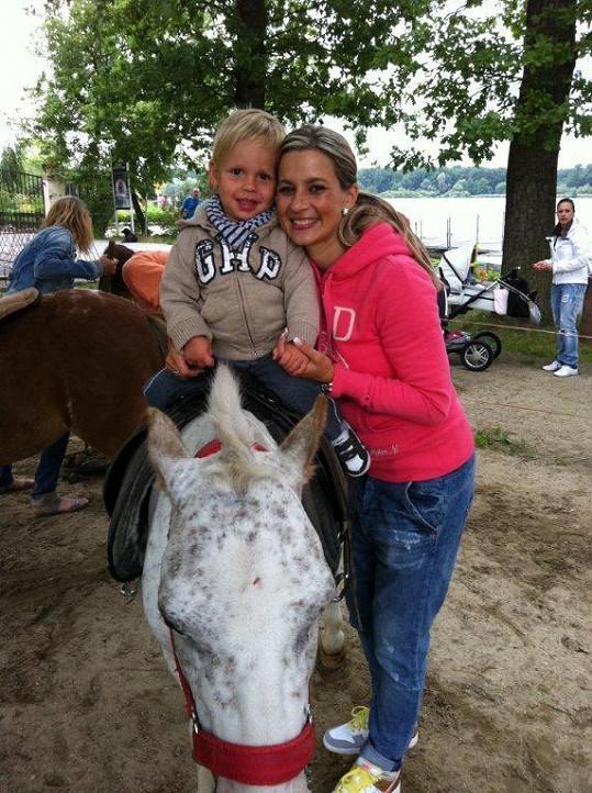 Monika s Matýskem na projížďce na poníkovi.