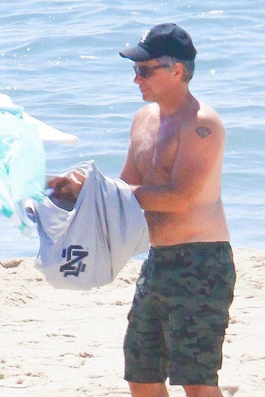 Jon Bon Jovi na pláži v Hamptons