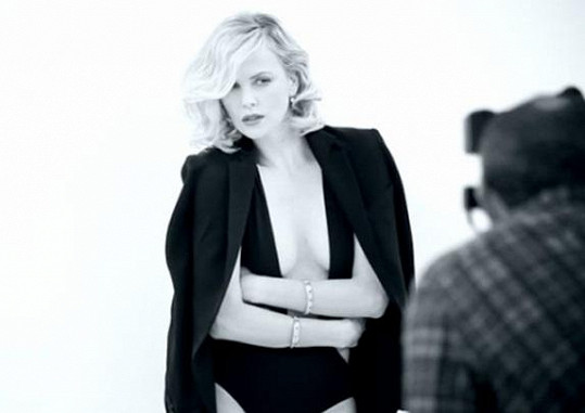 Charlize Theron je i v šestatřiceti neuvěřitelně přitažlivá.