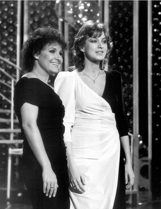 Jitka Zelenková a Zlata Adamovská (vpravo) v pořadu Abeceda (1984). Půvabná zpěvačka vypadá pořád skvěle.