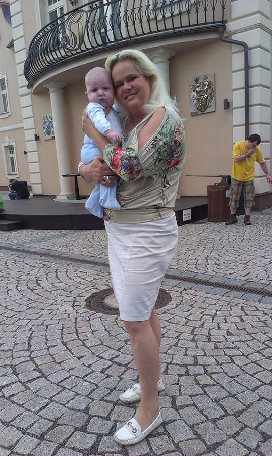 Monika Štiková jako babička celá září a maká na své postavě.