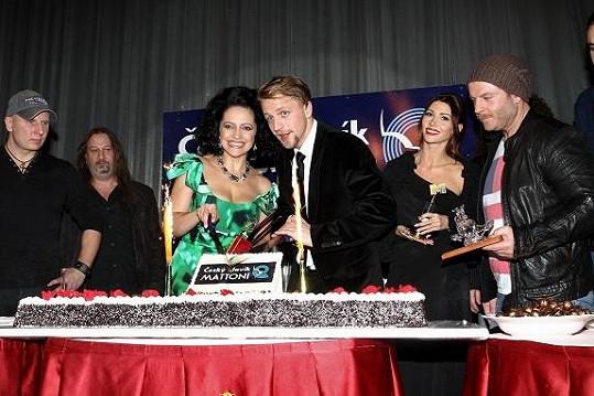 Pepa se nezúčastnil tiskovky ani krájení dortu. Z Kabátů tam byli jen dva muzikanti (vlevo).