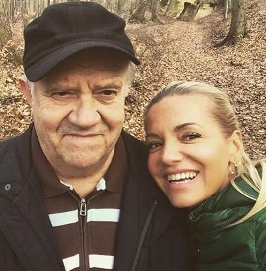 Snímek se svým milovaným otcem umístila zpěvačka včera na sociální síť.