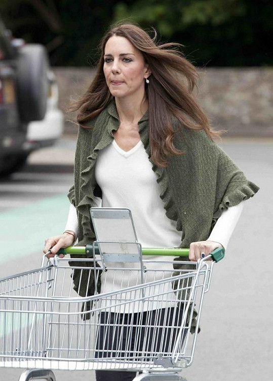 Kate Middleton s vozíkem v supermarketu