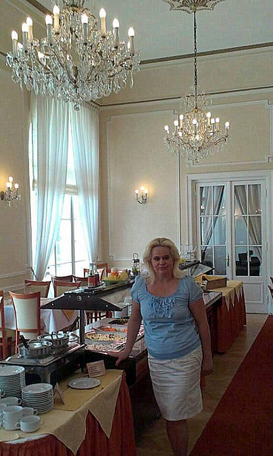 Monika Štiková na snídani v hotelové restauraci.