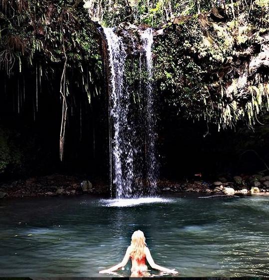 U vodopádu se s manželem koupali nazí.