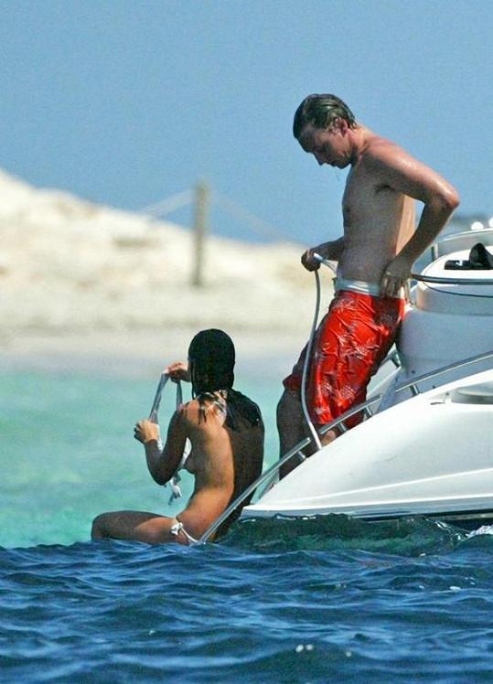 Pippa Middleton si právě sundala horní díl plavek.
