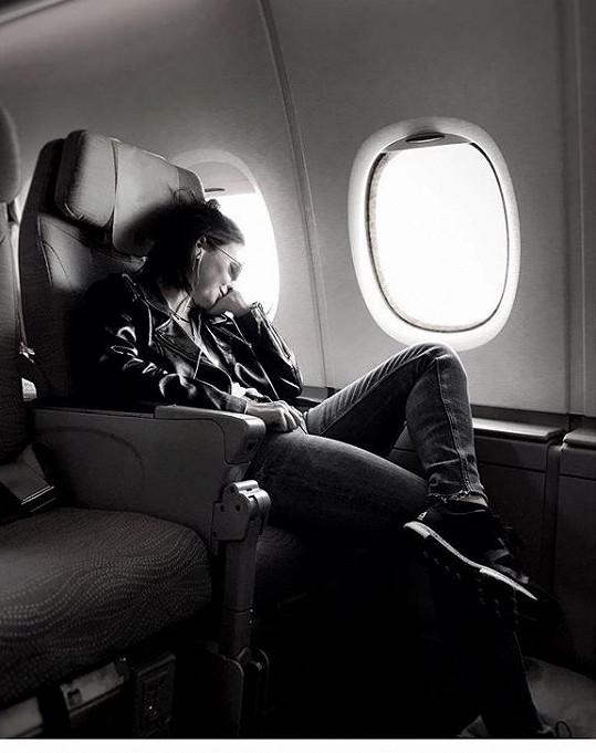 Veronika v letadle, když bylo ještě všechno v pořádku.