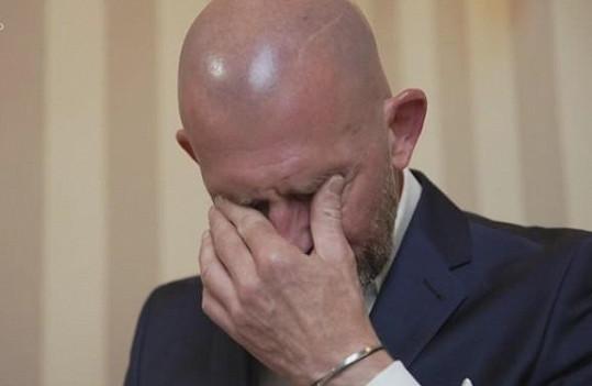 Roman se rozplakal nad dopisem od nevěsty.