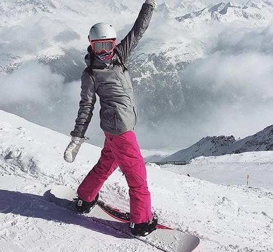 Řádí na snowboardu.