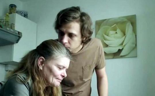 Nezdárný syn v podání Tomáše Vorla se ji snaží utěšit.