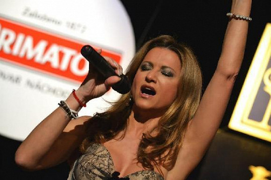 Yvetta vábí, i když zpívá...