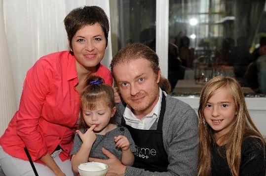 Bára Kodetová s partnerem Pavlem Šporclem a dcerami.