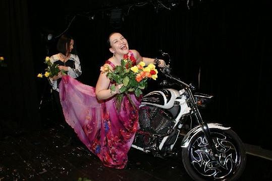 Mirka pomohla kamarádce Janě se šaty.