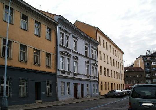 Tomáš Klus zatím s rodinkou žije v pražských Nuslích.