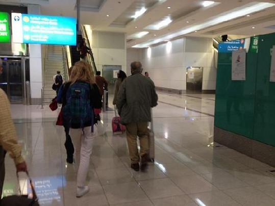 Olga Menzelová s Jiřím Menzelem na letišti.