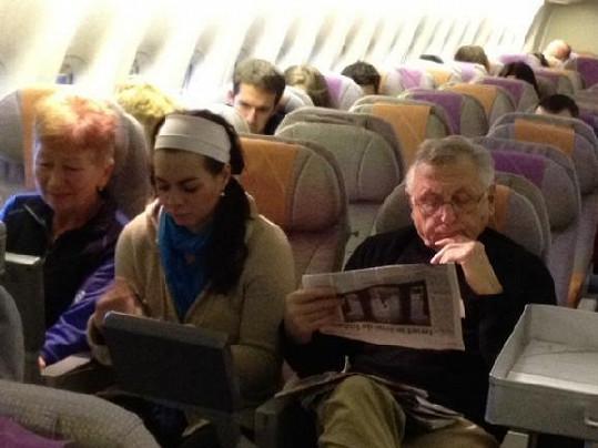 Menzel čte zaujatě noviny.