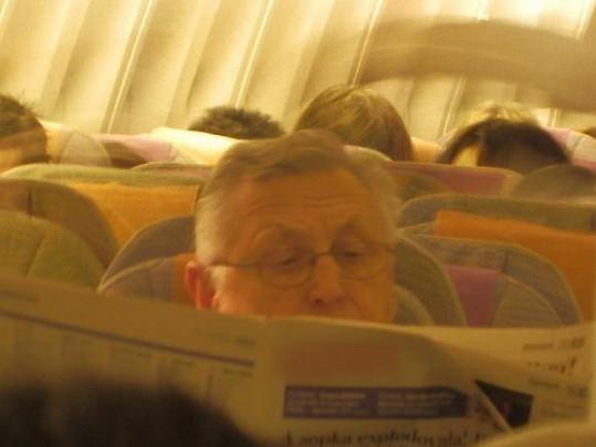 Jiří Menzel v letadle.
