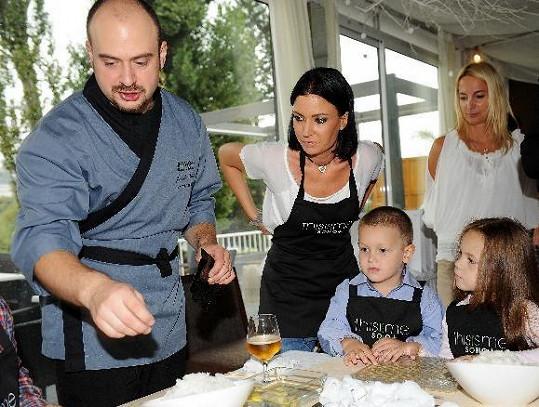 Gábina Partyšová pomáhala s výrobou sushi (na snímku se synem Kristánem a dcerou Lenky Hornové Laurou).
