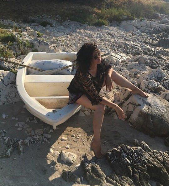 Ilona a loďka. Letos jela zpěvačka na Korfu autem, příště už prý bude uvažovat o letadle.