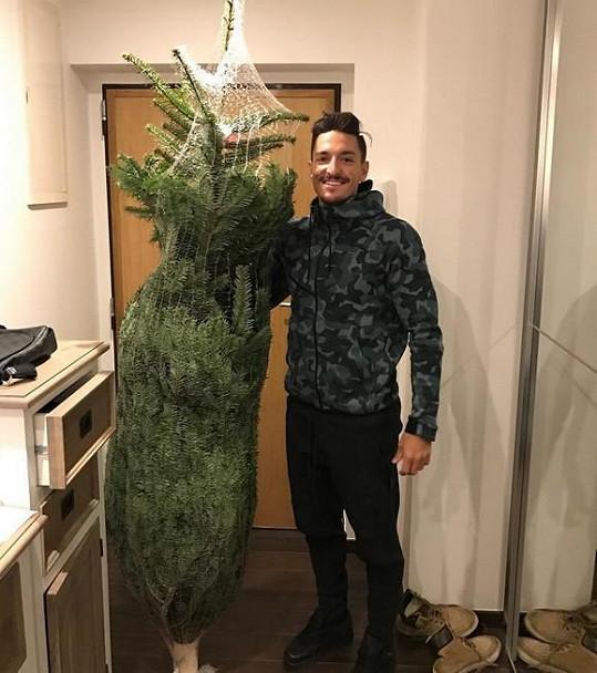 Michal Hrdlička mezitím koupil vánoční stromeček.