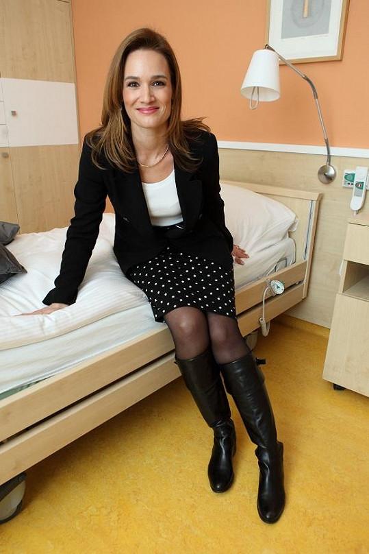 Moderátorka Klára Doleželová si vyzkoušela, jak je pohodlná postel.