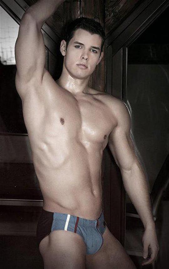 Lorencovič pochází z chudé rodiny, proto se dal na gay porno.