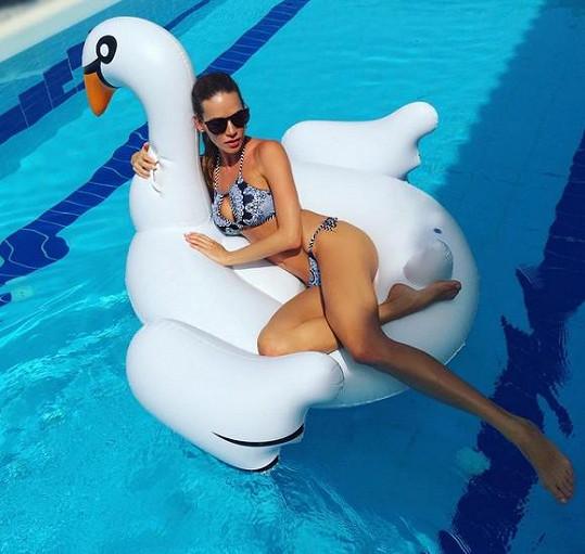 Andrea Verešová a její póza s labutí