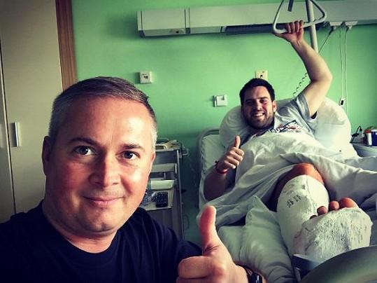 Matěj Rychlý leží v nemocnici. Navštívil ho kamarád.