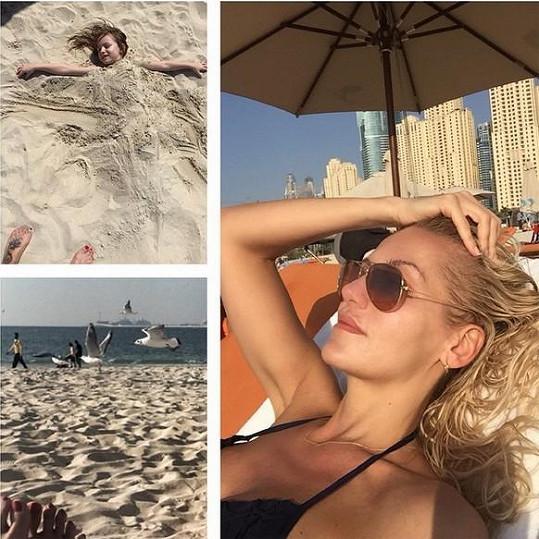 Dara a Laura jsou nejvíc šťastné na pláži.