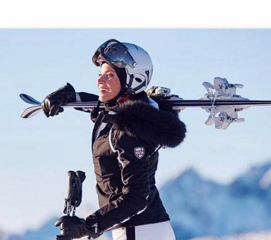 A samozřejmě i lyžuje.