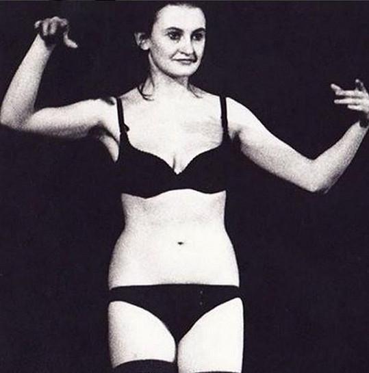 Eva Holubová na starší fotce v prádle