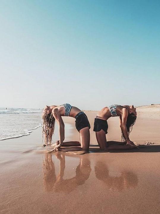 Během dovolené nevynechala ani cvičení jógy.