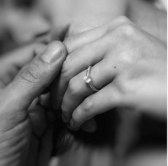 Krásný prsten z bílého zlata se středovým diamantem
