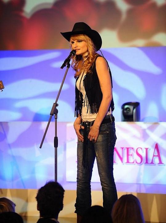 Iva Pazderková na pódiu v Lucerně.