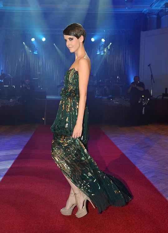 Česká Miss v zeleném modelu.
