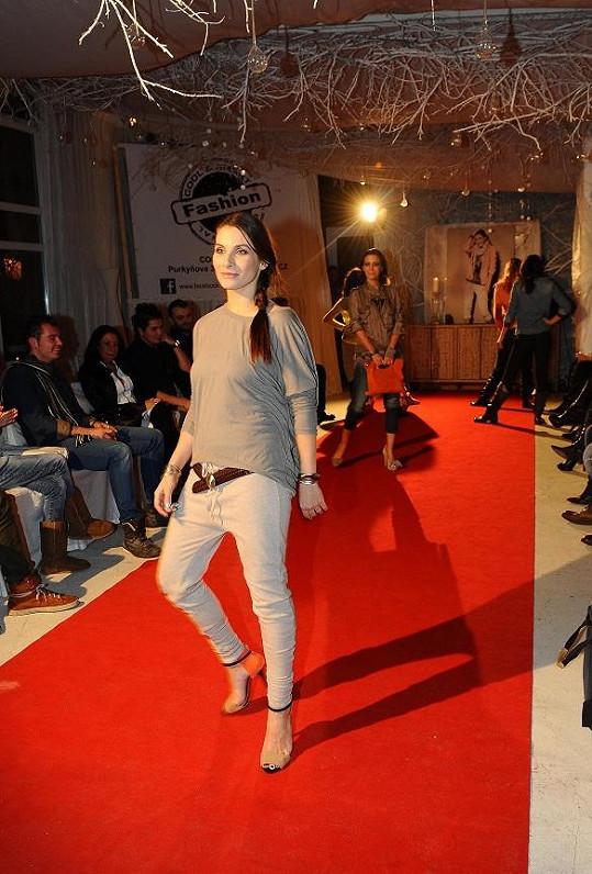 Eva jako modelka ve vysokých podpatcích.