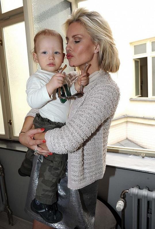 Krásná modelka se synem Maxem.