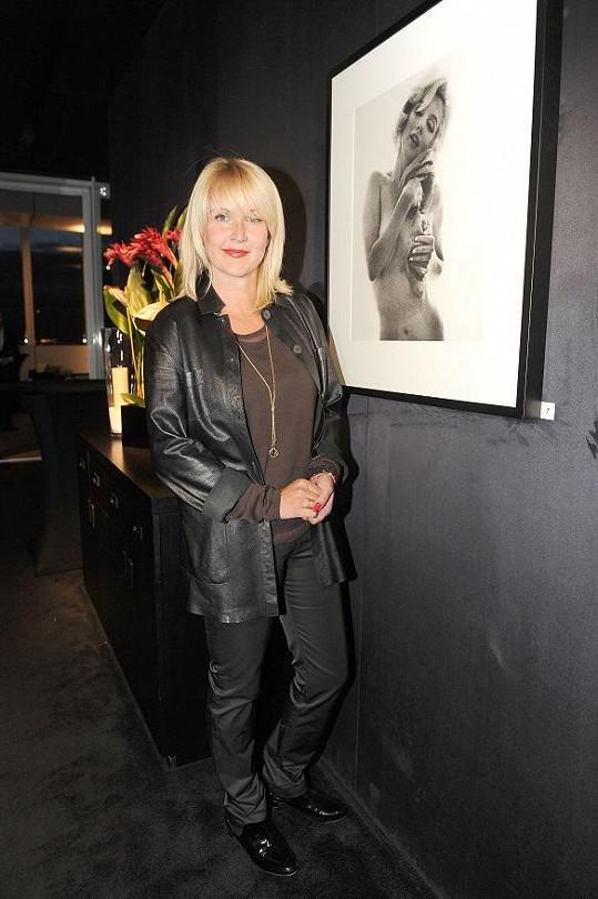 S novým účesem dorazila na vernisář fotografií Marilyn Monroe.