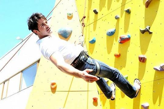 Mirek Šimůnek si vyzkoušel horolezeckou stěnu.