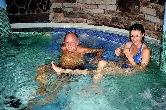 Iva s manželem ve vířivce.