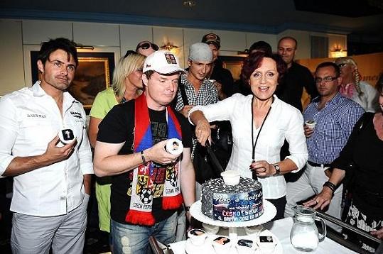 Petra Janů s organizátorem Noci s hvězdami Martinem Francem nakrojila slavnostní dort.