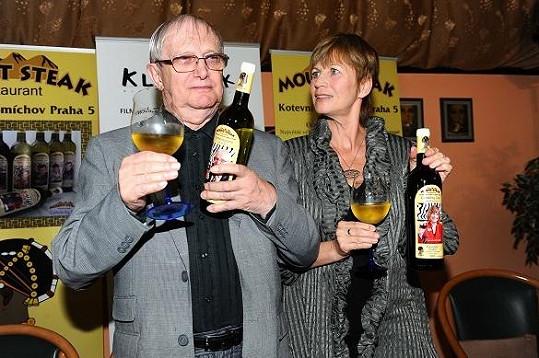 Jitka vedle dlouholetého spolupracovníka Jiřího Suchého už vypadá skoro jako jeho vnučka.