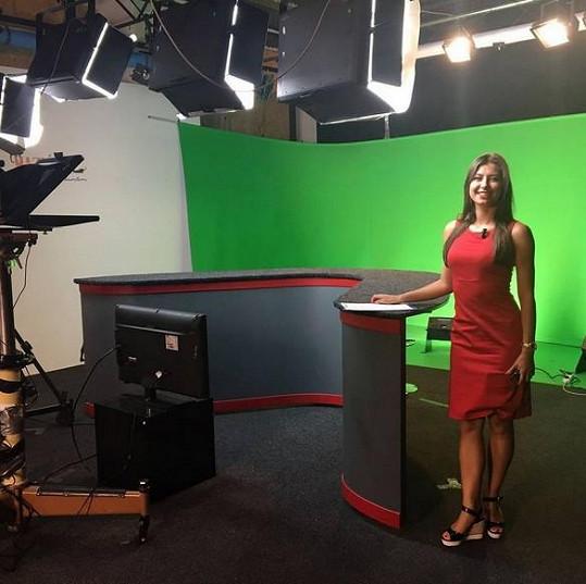 Veronika Lálová moderuje zprávy v regionální televizi.