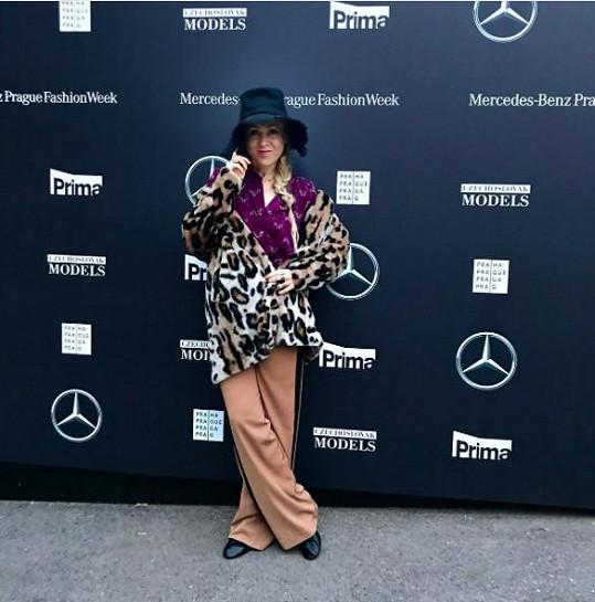 Na módním týdnu se Kaira Hrachovcová pěkně vyřádila. K ležérním teplákovým kalhotám s lampasem sladila stylově nesourodou blůzu a vše korunovala kabátem, vše značky Lindex. Na této akci jsou ale podobné výstřelky vítané.