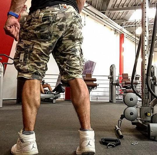 I nohy má samý sval.